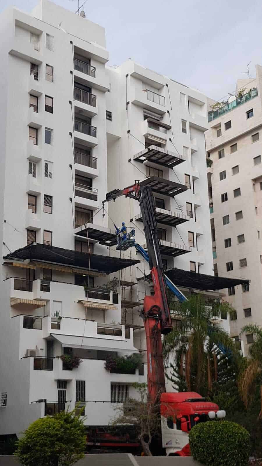 מרפסת תלויה מפלדה